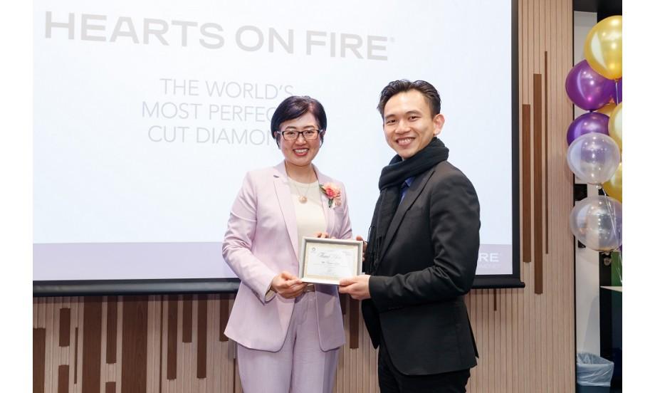 富通保險代理人業務發展委員會主席Ms Christine Yeung頒贈紀念狀予Hearts On Fire代表