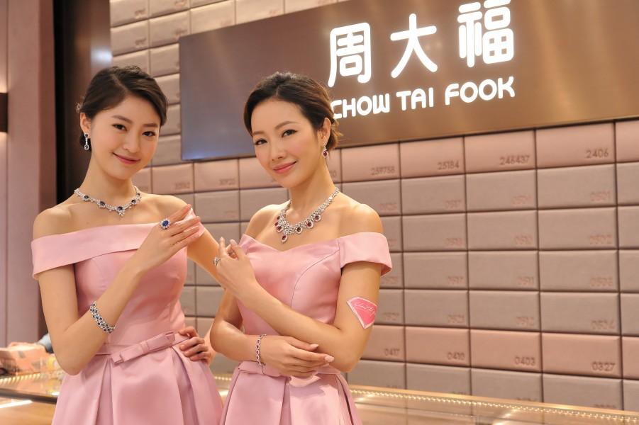 周大福安排了2位模特兒展示多款名貴首飾,總值逾港幣1800萬元。